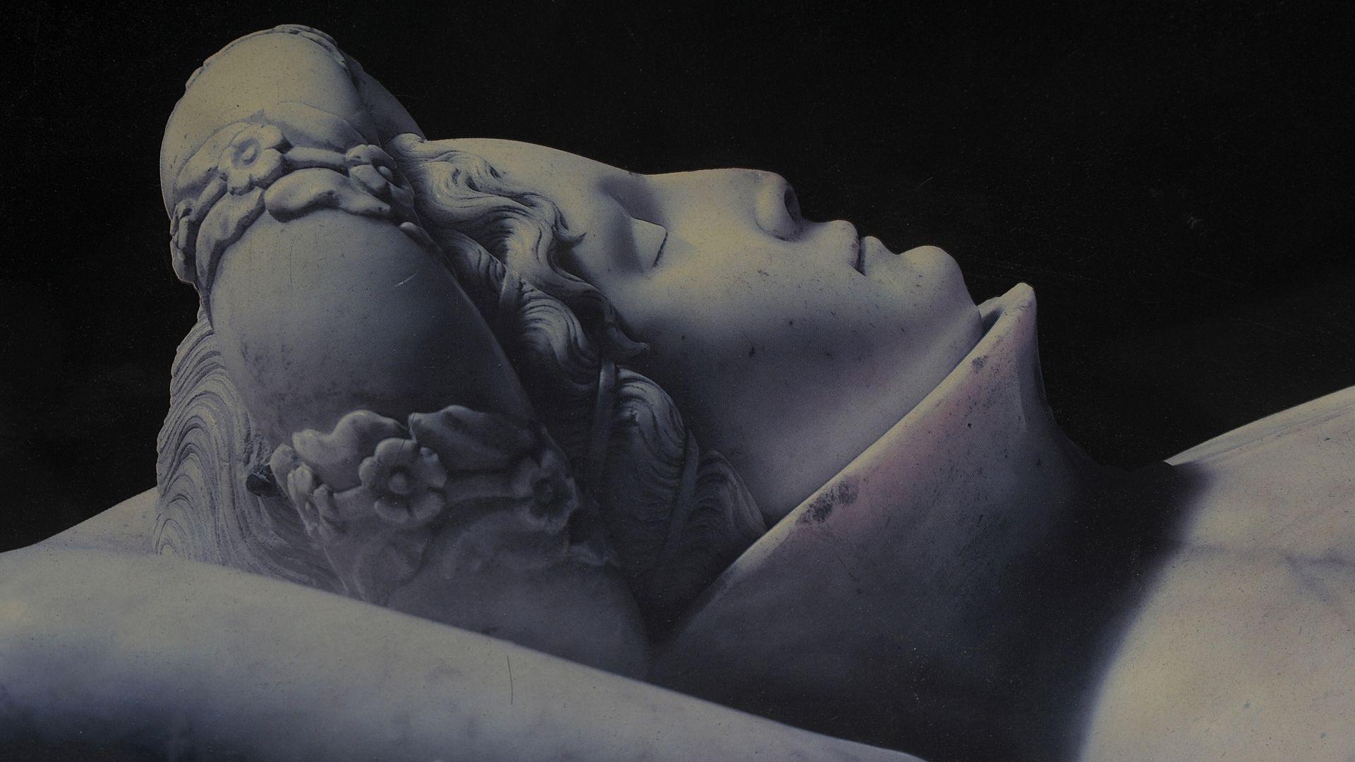 particolare del monumento funecre di ilaria del carretto