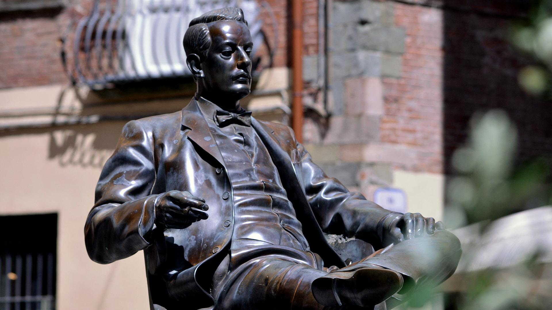 statua di Giacomo Puccini in piazza cittadella a Lucca