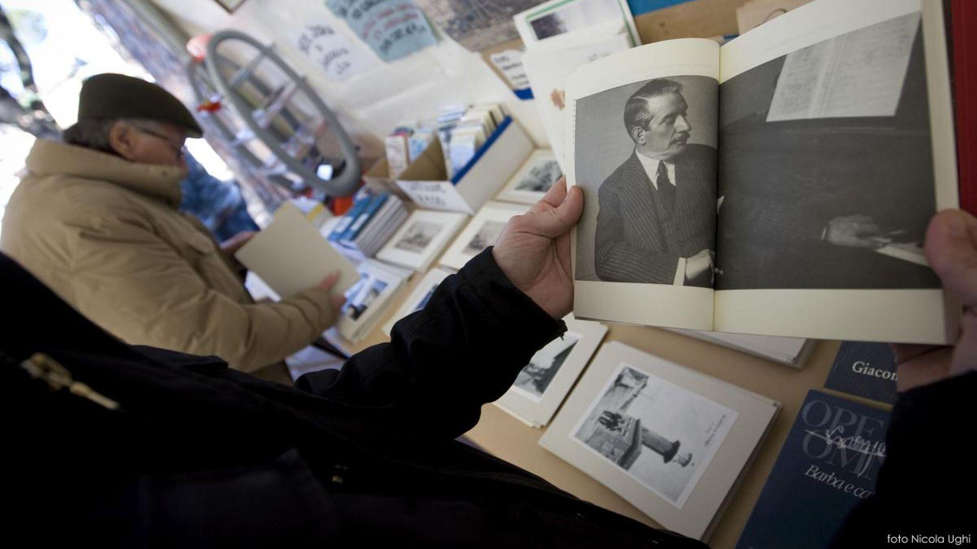 un uomo legge un libro su puccini