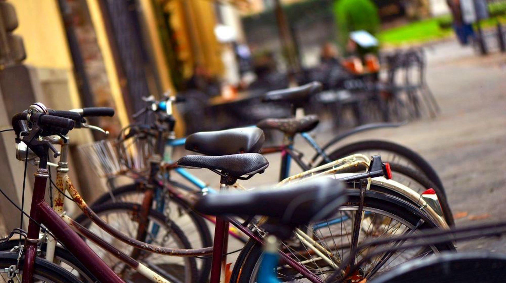 biciclette parcheggiate in piazza san Michele a Lucca