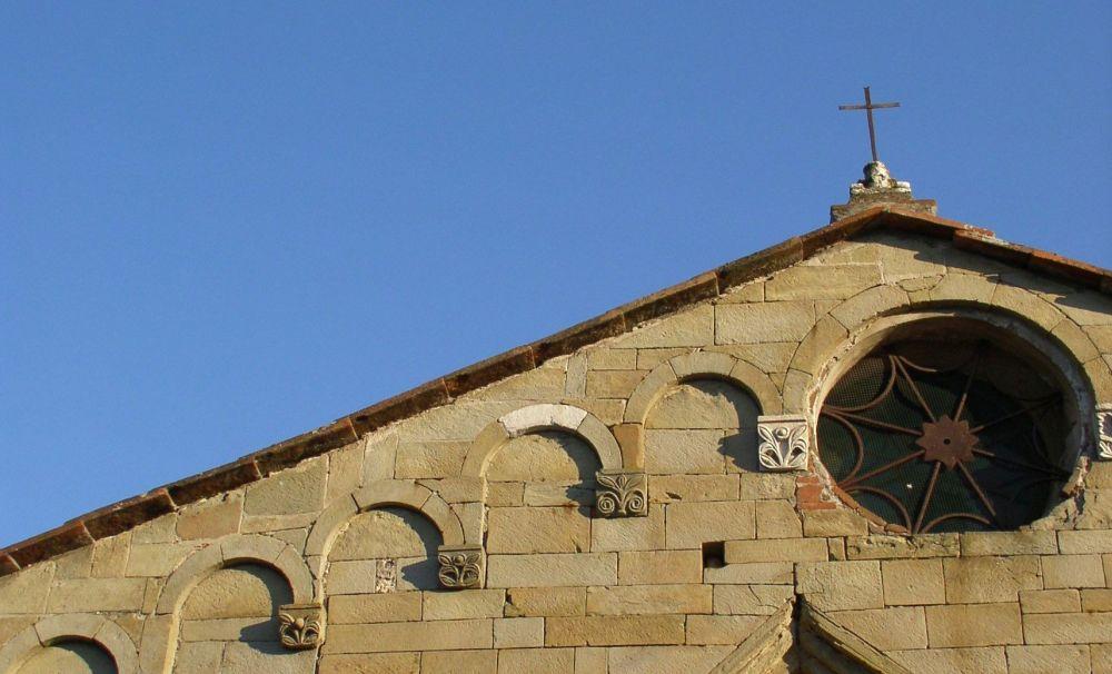 particolare della facciata della Pieve di san Cristoforo di Lammari a Lucca