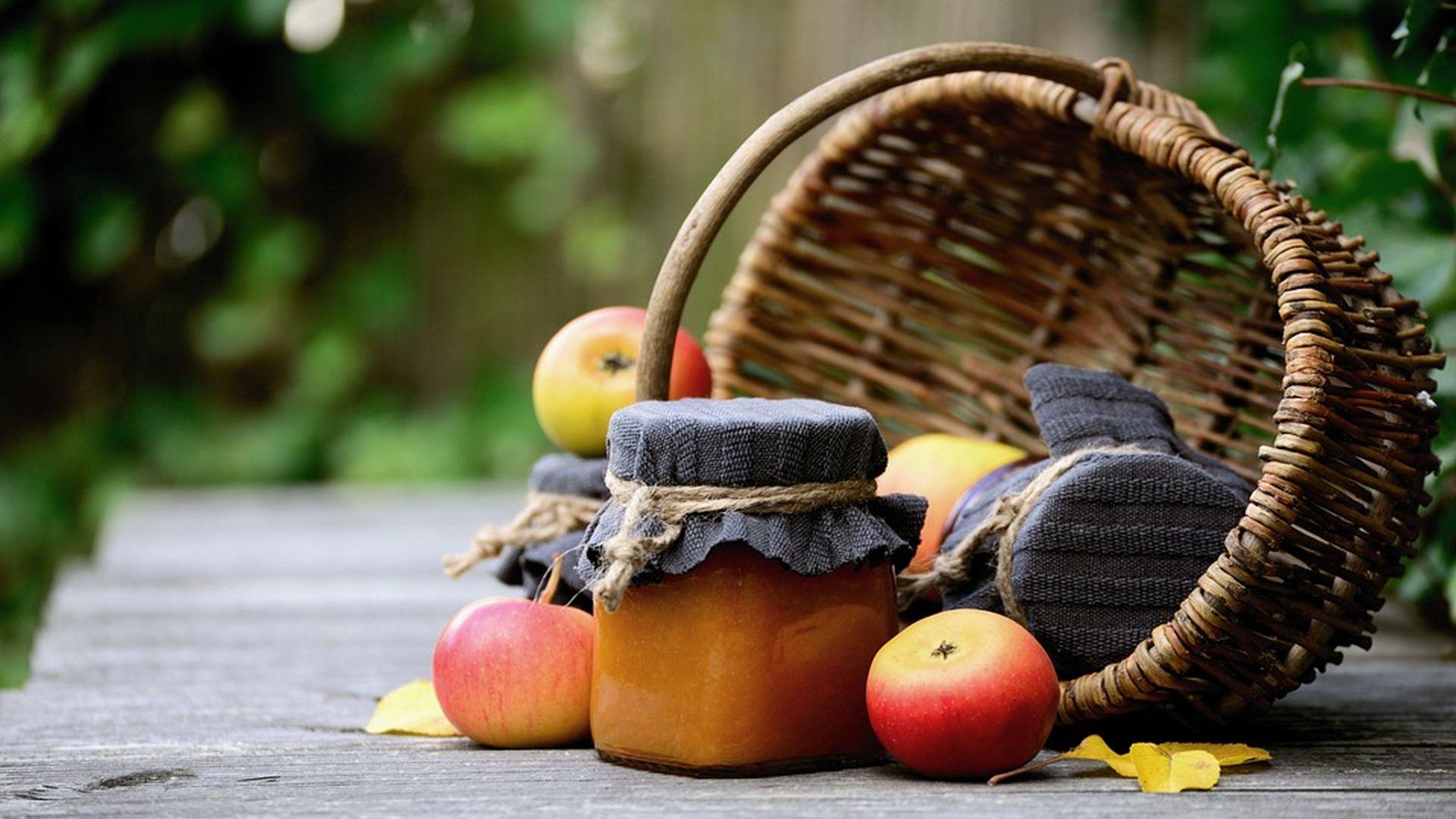cestino di frutta e marmellate