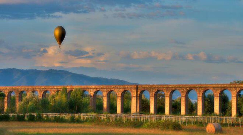 Mongolfiera in volo sull'acquedotto del Nottolini nella piana di lucca