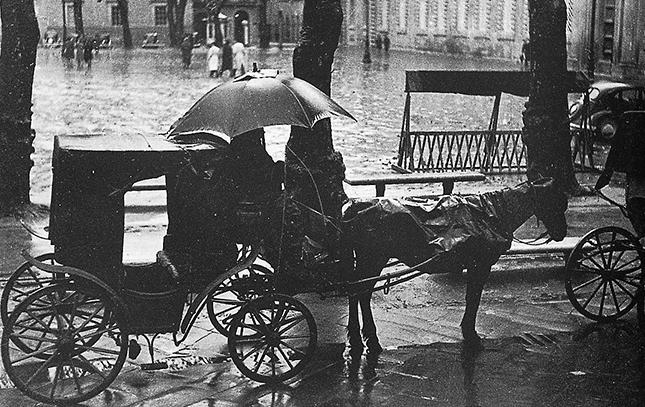 piazza napoleone in una foto di primi novecento