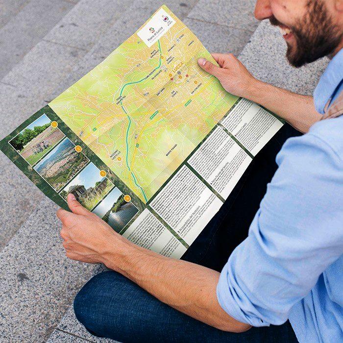 un ragazzo sfoglia la mappa della piana di lucca