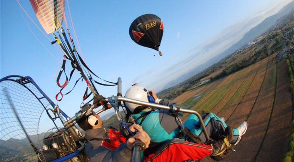 mongolfiere e deltaplano in volo sulla piana di Lucca