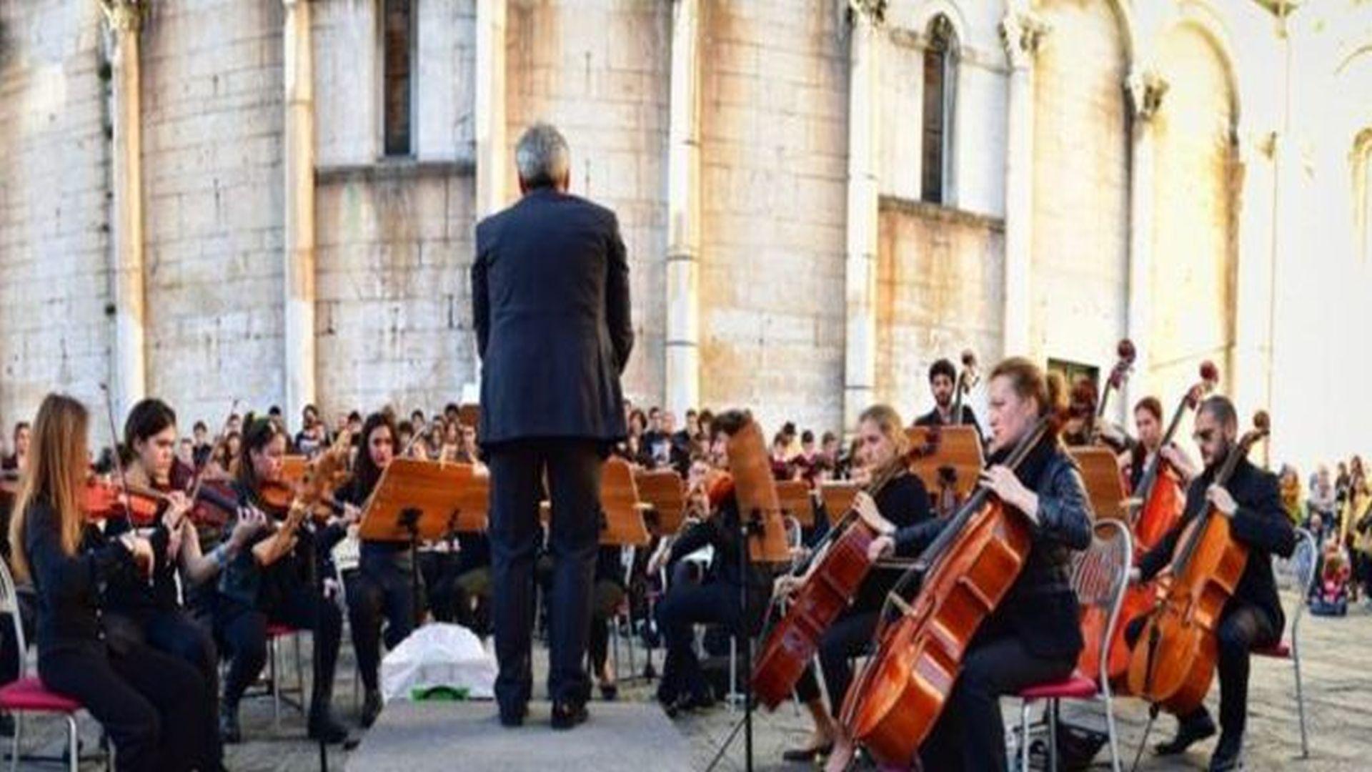 orchestra dell'istituo musicale boccherini suona in piazza san michele a lucca