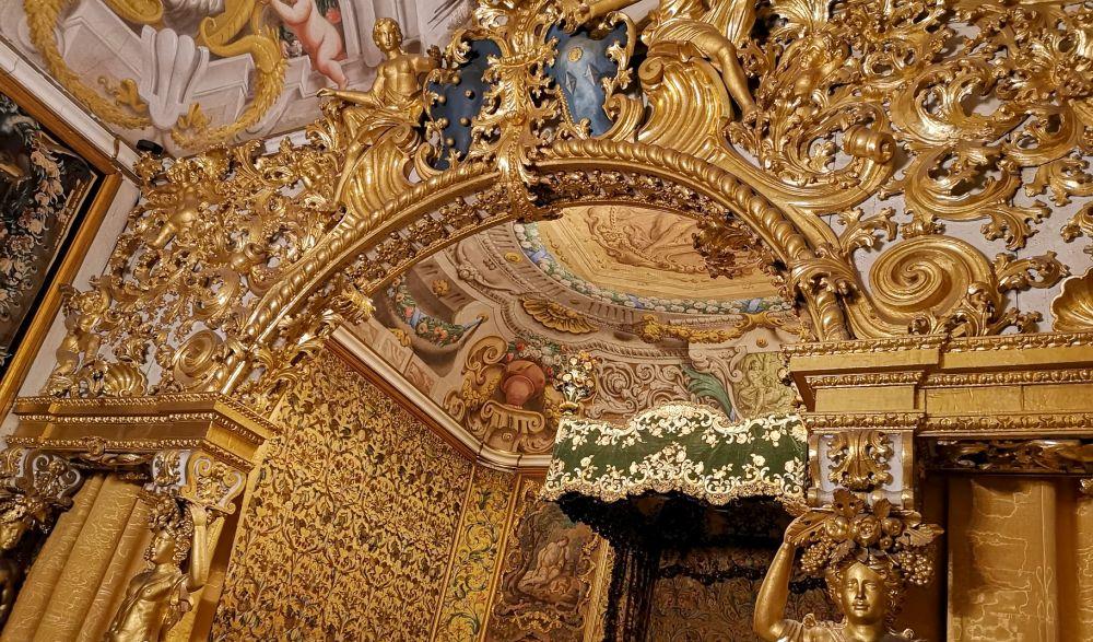 Alcova degli sposi con sete ricamante e stucchi dorati del '700 al museo nazionale di Palazzo Mansi di Lucca