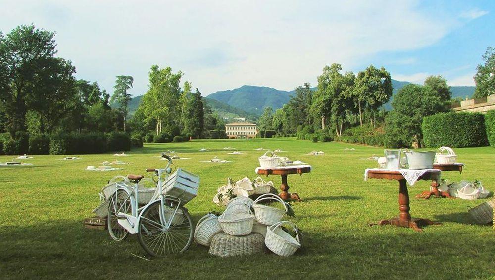 Pic nic sull'erba nel parco di Villa Reale nella piana di Lucca