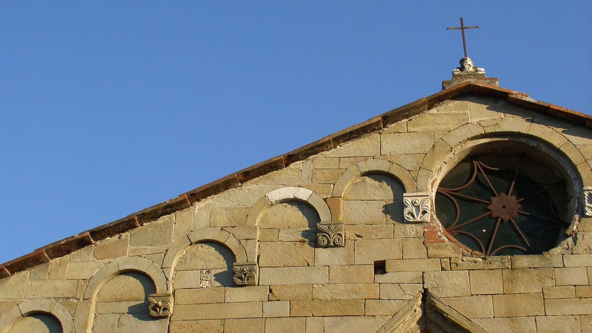 particolare della facciata della chiesa di san Cristoforo di Lammari