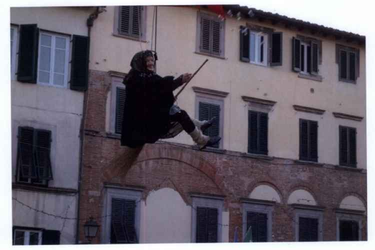 Photo of the Befana's descent in Piazza San Francesco in Lucca, in a past edition of the event