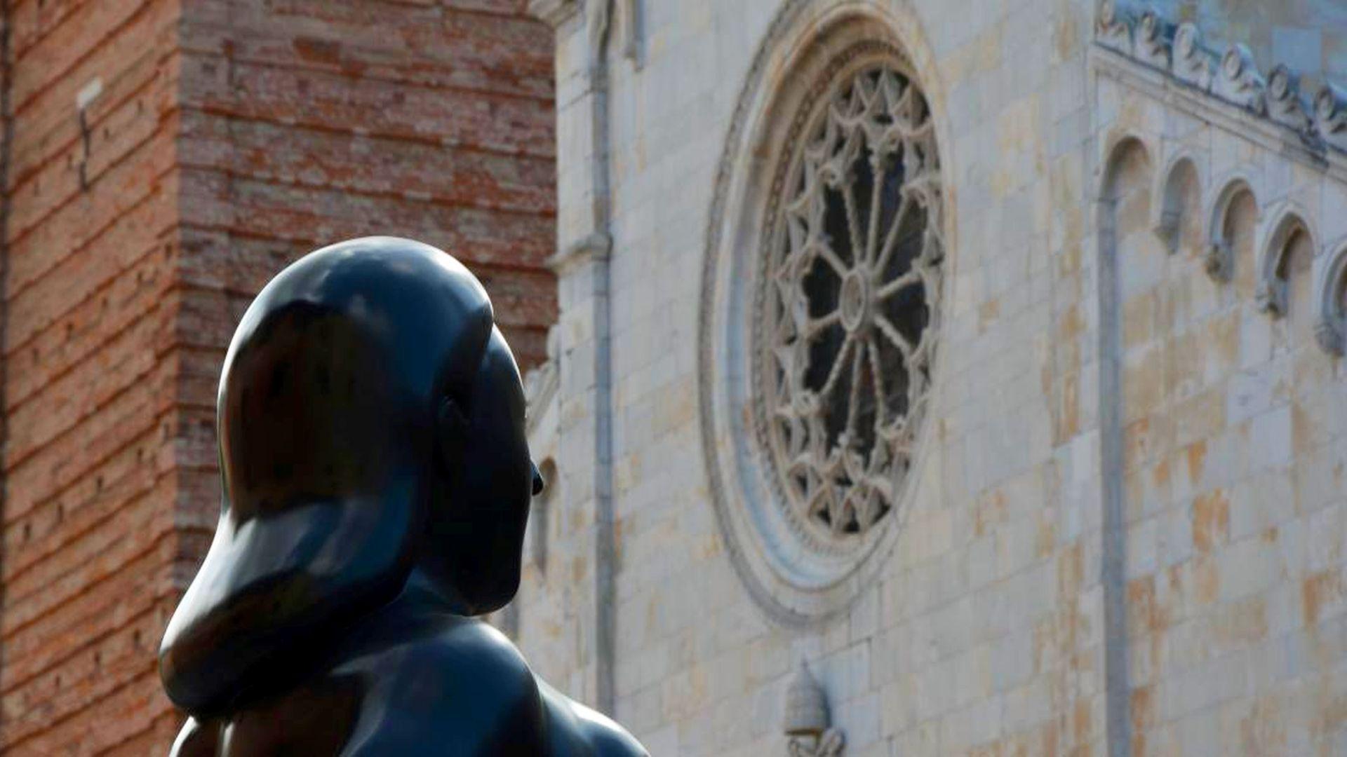 scultura di Botero di fronte al duomo di piertasanta